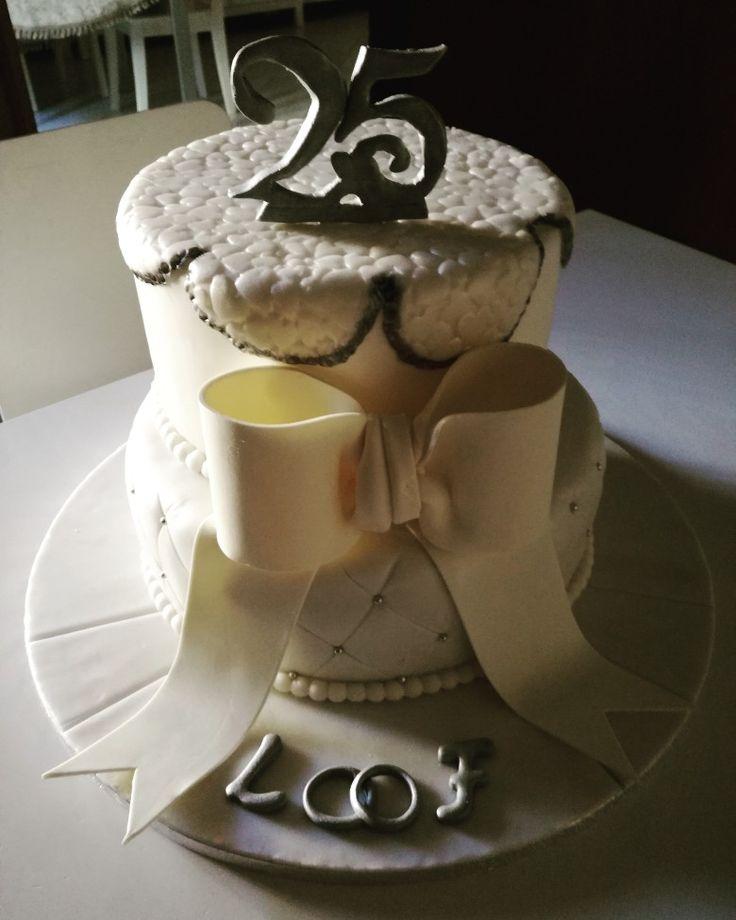 25 anni di matrimonio: torta moretta, bagna al whisky, crema chantilly alla nocciola, gocce di cioccolato fondente e granella di nocciole. Copertura e decorazioni in pdz