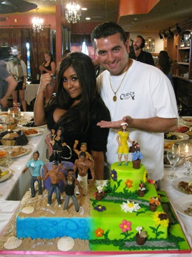 Buddy Valastro made Snooki a Jersey Shore cake. (The flower side is for snookis mom.)