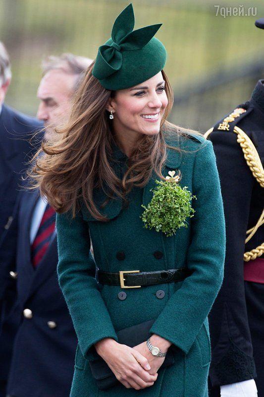 Кэтрин предпочла строгий парадный наряд: элегантный тренч темно-зеленого цвета от бренда от Hobbs London она дополнила интересной шляпкой и туфлями на каблуках