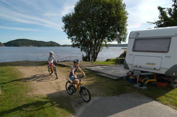 Vår firestjerners camping har plass til 150 vogner/ telt som har utsikt over sjøen. Det er tilgang på strøm over hele området.