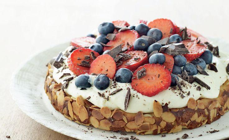 Mazarinkage med hyldeblomstcreme, friske bær og chokolade – et overflødighedshorn af lækkerier. (Recipe in Danish)