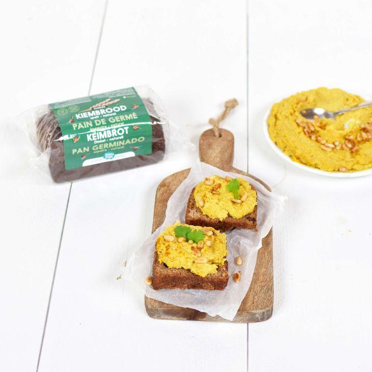 Heerlijk voedzame plakjes geroosterd kiembrood met zelfgemaakte hummus met pijnboompitten.