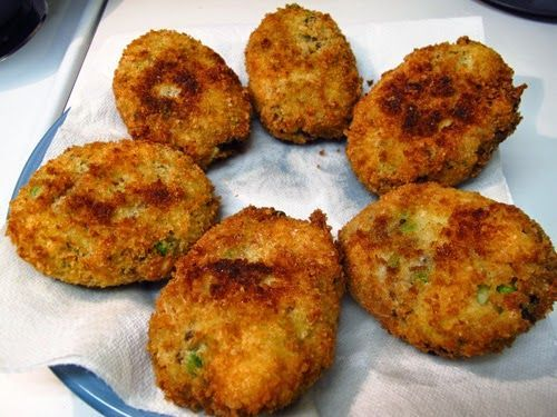 Λαχταριστοίπατατοκεφτεδες!Τοτέλειοπιάτογια τηΣαρακοστή  Υλικά    1 κιλό πατάτες  1 φλιτζάνι ψιλοκομμένο μαϊντανό  1 κουταλιά ψιλοκομμένο δυόσμο  1 μεγάλο κρεμμύδι ψιλοκομμένο  1 σκελίδα σκόρδο λιωμένη  3 κουταλιές ελαιόλαδο  200γρ. τυρί σόγιας  ½ κουταλάκι μοσχοκάρυδο  1 κουταλιά χυμό λεμονιού  Αλάτι και πιπέρι  Αλεύρι  Σπορέλα�%B
