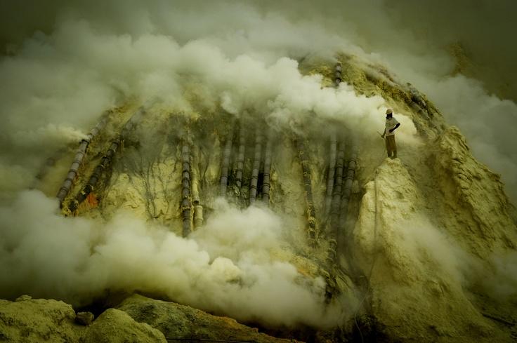 Minatore dello zolfo mentre controlla l'impianto, vulcano, Ijen, dalla serie Indonesia, Kawah – Ijen, Inferno, 2009.