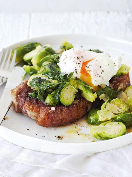 Wintergemüse auf die raffinierte Art: Steak mit gebratenem Rosenkohl und pochiertem Ei