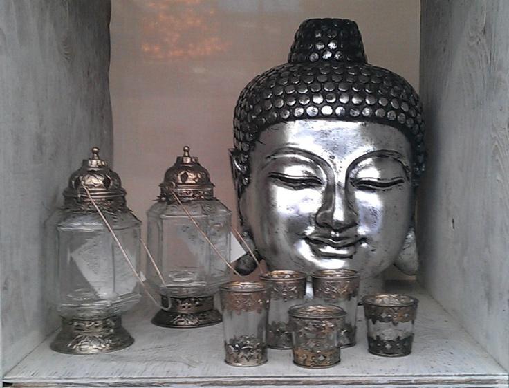 Boedha met zilveren kaarsenhouders | Meer kerstdecoratie: http://www.jouwwoonidee.nl/?s=kerst