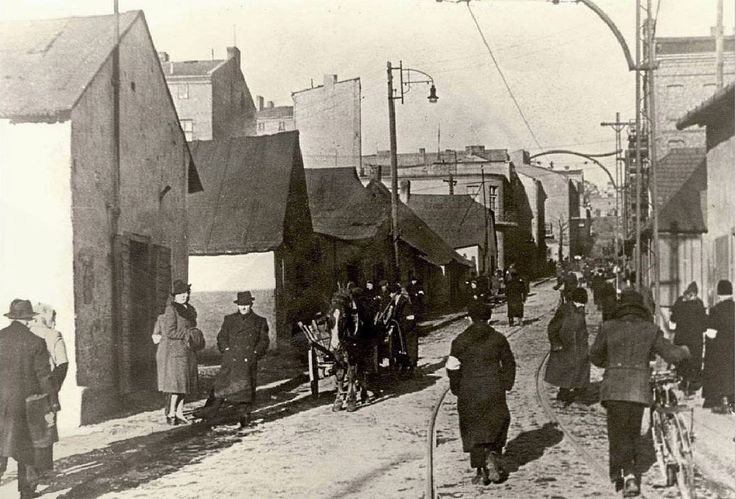25 June 1942 | Germans deported 2500 Jews from ghetto in Bendsburg (Będzin) to #Auschwitz. All of them were murdered in gas chambers of Birkenau.  The picture: Będzin ghetto in 1942