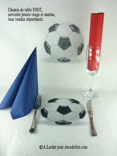 pour un repas de sportifs d ployez le chemin de table ballons de foot theme football http. Black Bedroom Furniture Sets. Home Design Ideas