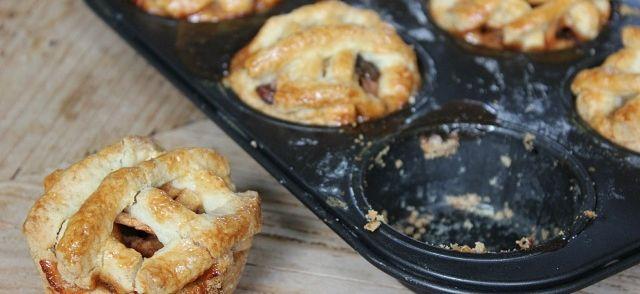 Deze schattige mini appeltaartjes zijn leuk om uit te delen, of lekker als toetje met een bolletje ijs en een toefje slagroom.