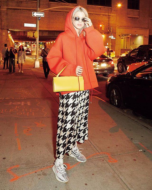 千鳥格子のワンピースをスウェットとレイヤードしてドレスダウンイエローとレッドの色合わせがサマンサのマイムーブなんだそう December issue P30 HEY LIT GUYS mode @THEEYETRAVELS tops @zadigisrael one piece @creaturesofcomfort sunglasses @sunbuddies bag @nicogiani_official shoes @adidasoriginals #nylonjapan #nylonjp #fashion #streetstyle #NY #ootd #snap #red #yellow #caelumjp via NYLON JAPAN MAGAZINE OFFICIAL INSTAGRAM - Celebrity  Fashion  Haute Couture  Advertising  Culture  Beauty  Editorial Photography  Magazine Covers  Supermodels  Runway Models