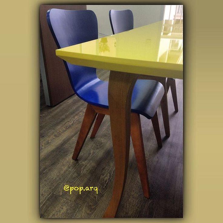 Cadeira linda para uma mesa de reuniões rápidas de escritório descolado 💙 #cadeira #chair #mesa #amarelo #azul #yellow #blue #madeira #office #arquiteturacorporativa #arquitetura #instaarq #decor