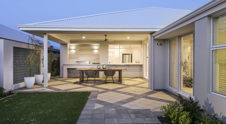 The Hampton Beach features an attractive elevation combining weatherboard, render and limestone cladding compliments an infusion of light blues and greys throughout the interior.