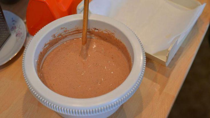 Přidáme kakao a nastrouhané ořechy. Dobře promícháme,  přidáme rum a strouhanku a opět promícháme | foto: Martin Čuřík