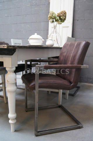 Stoel 40013 - Stoere ijzeren stoel met leren zitting. Het donkerbruine leer heeft een mooie vintage look. De zithoogte is 50 centimeter, de armleuningen zijn 65 cm hoog. Ook verkrijgbaar in cognackleur!  (Op voorraad? Kijk bij artikelnummer 40019)