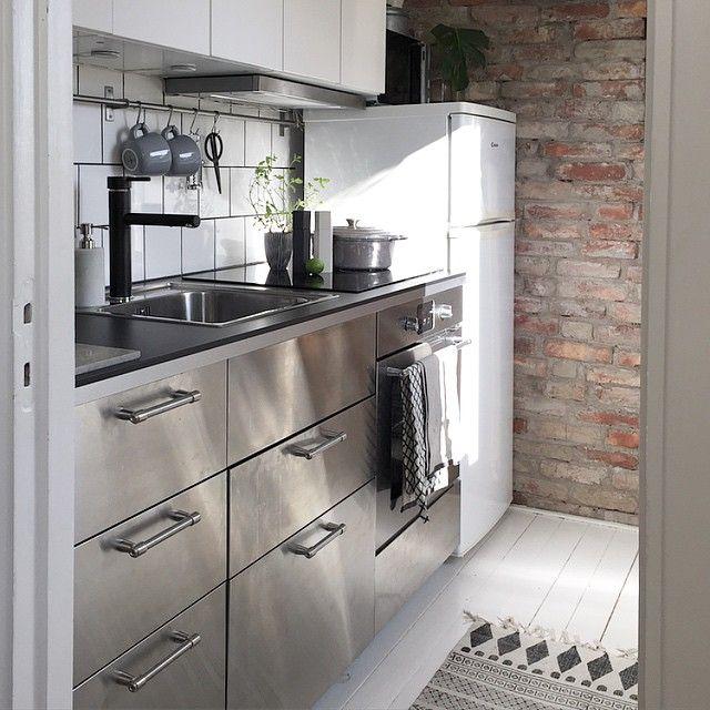 Har fått önskemål om att få se mer av mitt kök med diskbänk och skåp. Är svårt att få på med på bild men här är ett försök.
