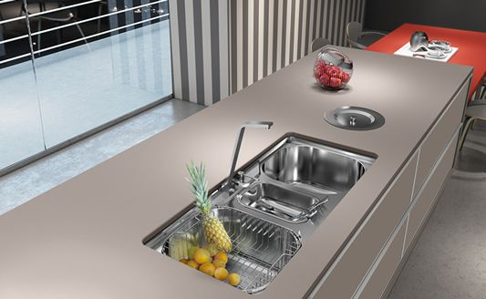 Bancada de cozinha com lixeira de embutir e pia completa
