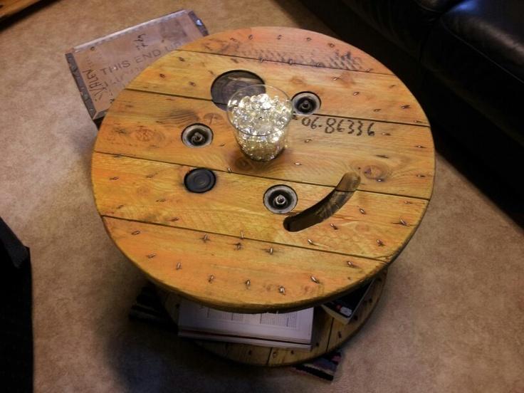 Jeg har pusset en kabeltrommel, som jeg har tenkt å bruke som bord inne på stua. Montert på 4 hjul, 2 m/brems, og 2 uten. Bordoverflaten er behandlet med olje. Har limt inn ett lokk på en av hullene i Bordoverflaten.  I det midterste hullet har jeg satt en vase med lys og stein i som pynt. Så får jeg fundere litt videre på hva mer jeg skal gjøre med Bordoverflaten.