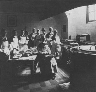 De keuken in 1912 (sm; Bot). Het venster onder de schouwkap is gemaakt nadat het huis Handboogstraat 1 in 1884 was gekocht. Maagdenhuis #NoordHolland #Amsterdam #wezen #katholiek