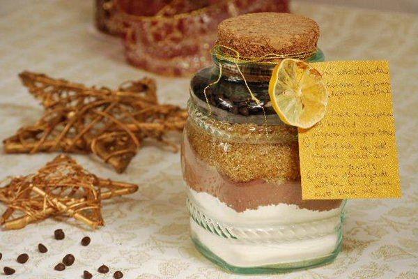 Üvegbe zárt sütivel is meglephetjük szeretteinket karácsonykor.Az üvegbe a sütemény száraz hozzávalói kerülnek rétegelve, mindez nagyon jól mutat egy díszes, szélesebb szájú üvegben, melyet f…