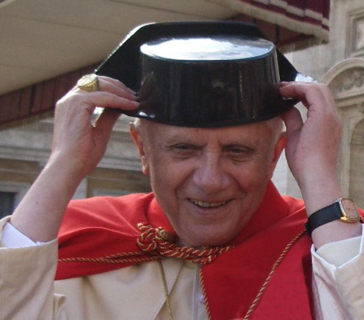 Benedicto XVI, con tricornio Guardia Civil