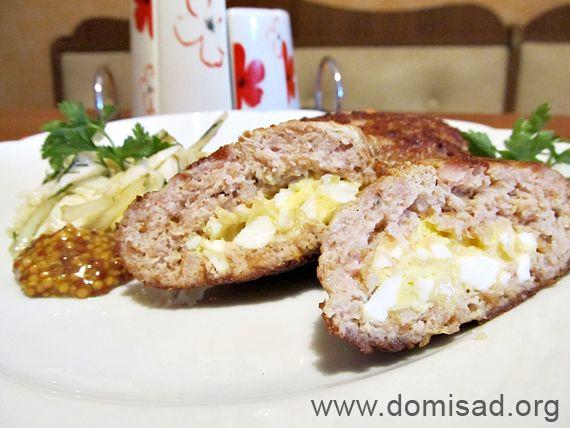 Котлеты с секретом или зразы с яйцом и сыром... Ингредиенты:  Мясной фарш (ассорти) – 500-600г  Лук – 1 шт.  Яйцо – 1 шт.  Панировочные сухари – 2 ст. лож.  Молоко – 50-60мл  Смесь перцев  Соль – 1 ч. лож.  Для начинки  Сыр – 50-60г  Яйцо (отварное) – 1шт.  Растительное масло для жарки
