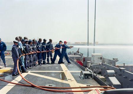 アン・ミー・レー《被害対策訓練、米国艦船ナッシュビル、セネガル(「陸上の出来事」シリーズより)》 2009