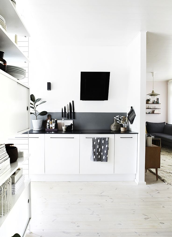 Black and white kitchen + dark grey backsplash - Muuttoaikeita / WKDYCARNVL
