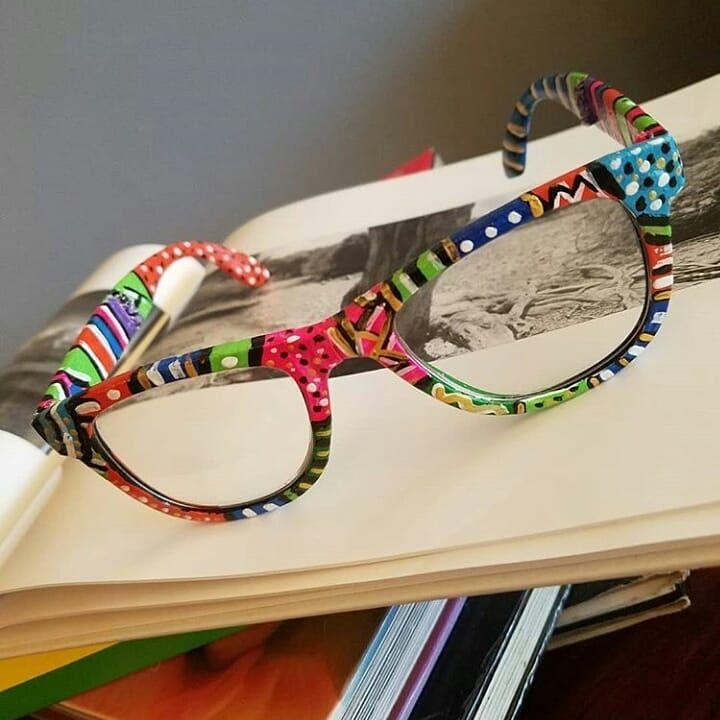 12dd91379 Gostei dessa idéia, de pintar a armação do óculos. Ficou super colorido e  lindo
