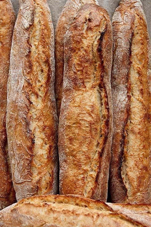 Für ein Kindergartenfest in meiner Gemeinde Sehmatal habe ich Brot beigesteuert. Und da mir der Sinn nach etwas Neuem stand, kam die Idee auf, ein grobporiges Stangenweißbrot mit Mehrwert zu backen. Deshalb versteckt sich im Teig nicht nur versäuertes Weizenvollkornmehl, sondern auch etwas Dinkel. Die Hefemenge ist mit 0,5% sehr gering gewählt und die Teigruhe Weiterlesen...
