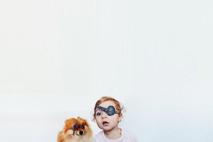 Esquire Фотосерия от 24-летней Ольги Руденькой, фотографа из Волгограда. Три года назад супруг подарил ей немецкого миниатюрного шпица, а год и шесть месяцев назад — дочку Еву. В фотопроекте — совместные фотографии двух этих славных созданий. kh3k93LtxWs.jpg (807×537)