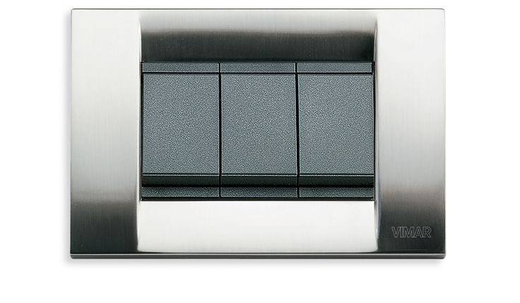 Hotel Gallia torna a splendere con l'impianto elettrico della serie Idea di Vimar. Interruttori grigi e placca in metallo classica colore nichel spazzolato.