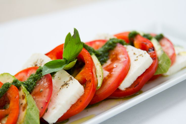 Salată din Livadă. Conține telemea ușoară, ardei, roșii, dovlecei și pătrunjel verde.
