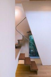 斜めの袖壁からのぞく階段と緑