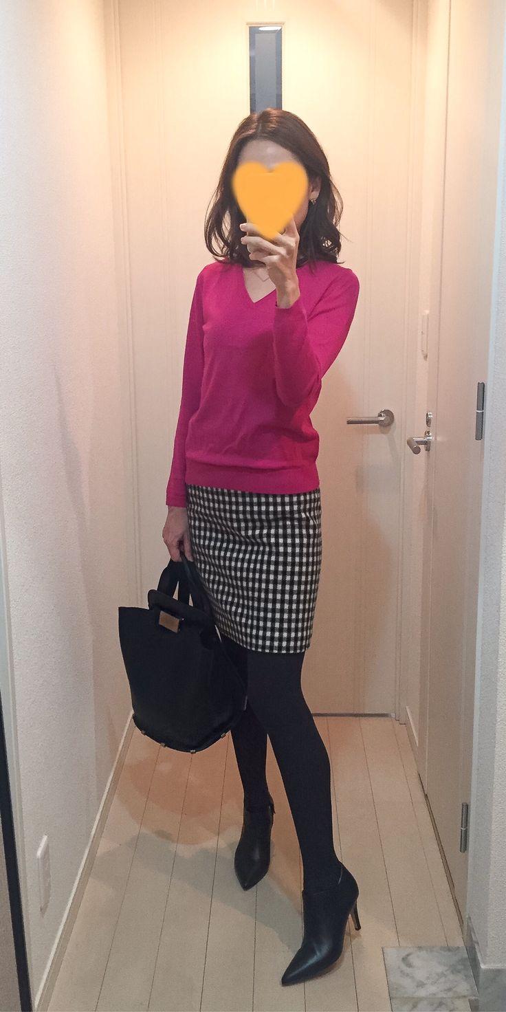 Pink knit: MACPHEE, Skirt: MACKINTOSH PHILOSOPHY, Bag: ZAC Zac Posen, Pumps: Fabio Rusconi