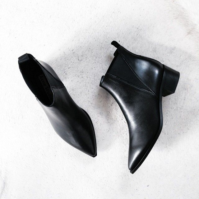 // simple // style // fashion //  //shoes // footwear // boots // black boots // style // fashion