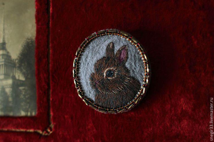 Купить Шоколадный кролик - заяц, вышитая брошь, крупная брошь, ручная вышивка, Вышивка гладью