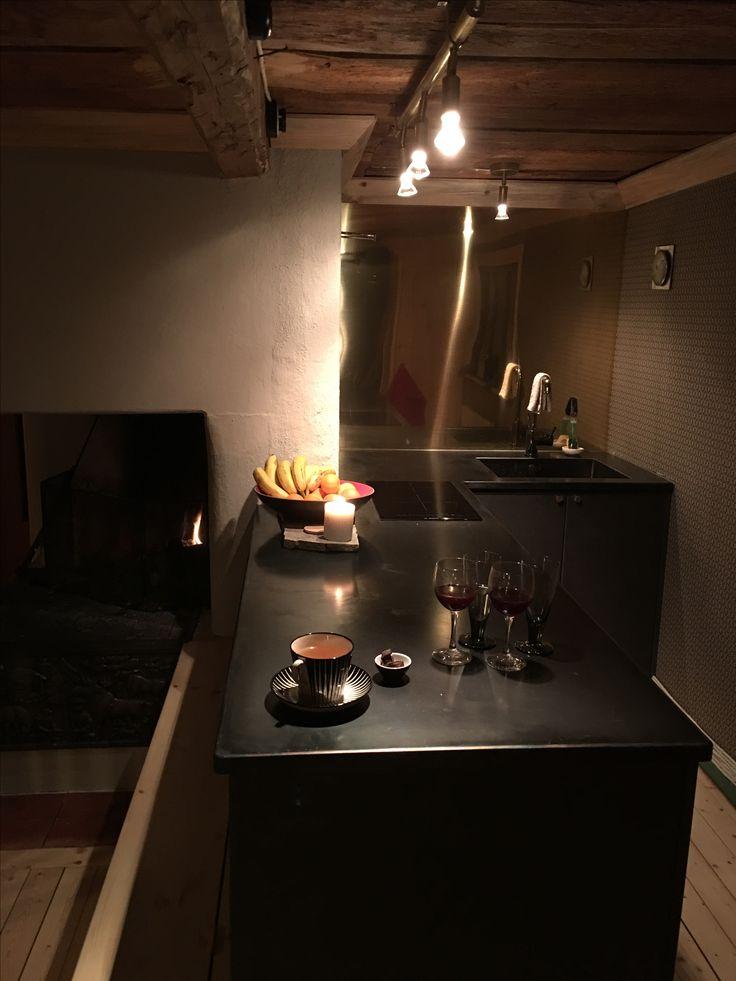 Iron bench and brass wall. #interior #kitchen #kök #fjällstuga