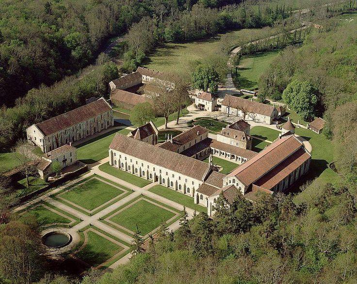 Fondée en 1118 par Saint Bernard, l'Abbaye de Fontenay est l'un des plus anciens monastères cisterciens de France.
