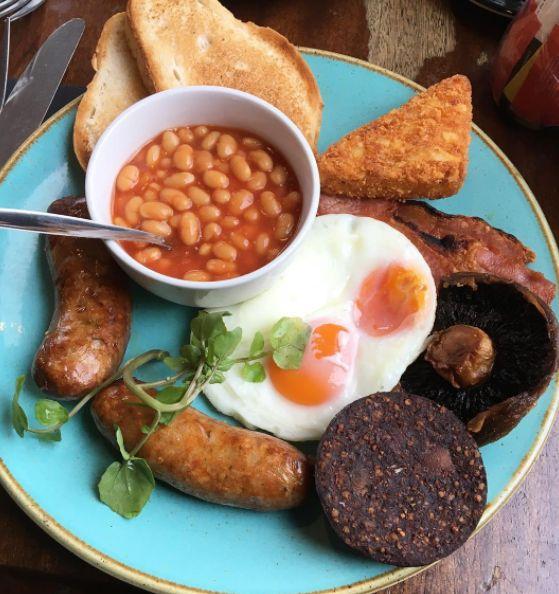 Um tradicional café da manhã inglês consiste em ovos, torrada, feijões, linguiças e um tipo de chouriço.