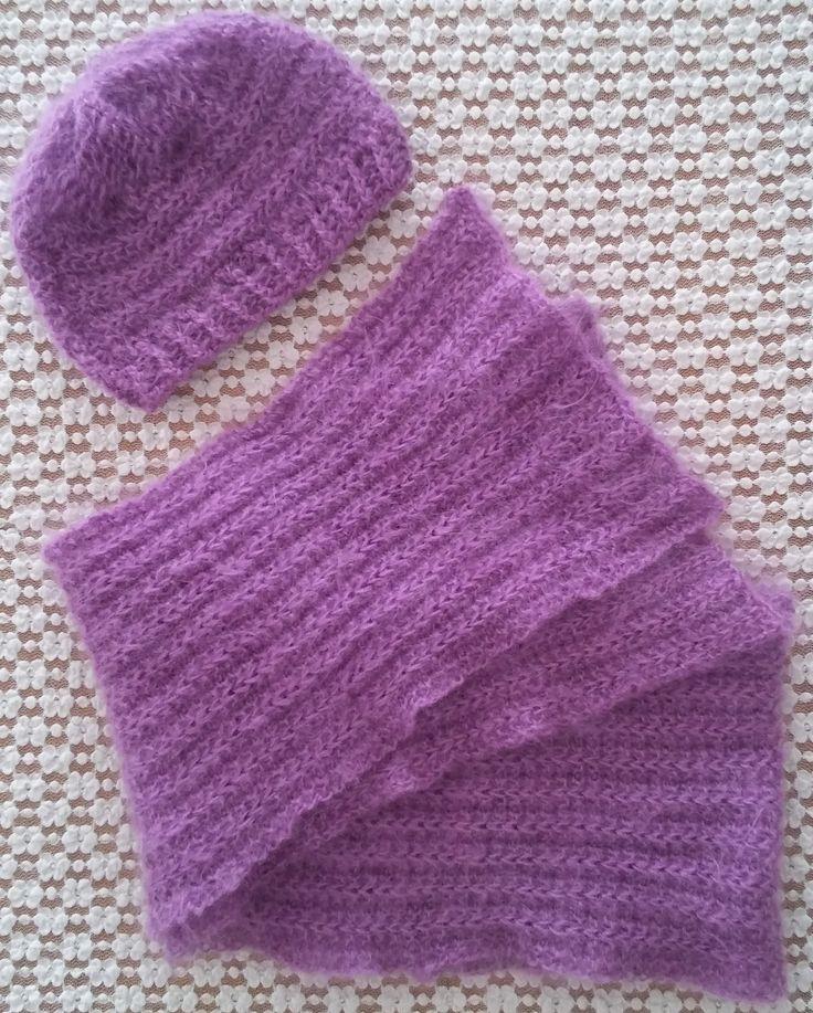 Set sciarpa e cappello da donna realizzati in lana. Lavorazione a maglia. Knit.
