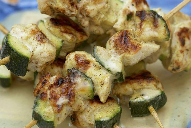 Brochettes de poulet grillé avec sauce à la noix de coco et au cari