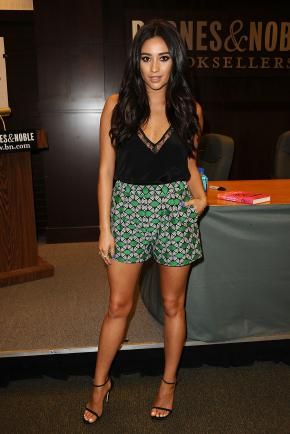 Look de Shay Mitchell : Super sexy en mini short pour la promotion de son livre !