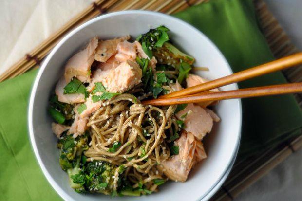 Gezond eten hoeft niet altijd moeilijk te zijn om te maken. Dit heerlijke Japanse noodles gerecht met zalm en broccoli is makkelijk en snel klaar te maken.