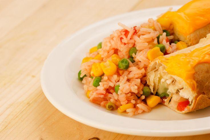 Kuřecí Enchiladas se sýrem, španělskou rýží a bílými fazolemi