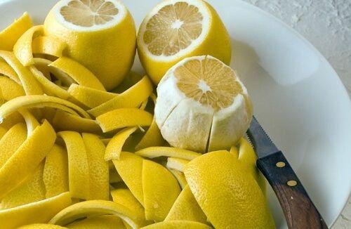 La scorza del limone possiede numerose proprietà in grado di ridurre il dolore alle articolazioni