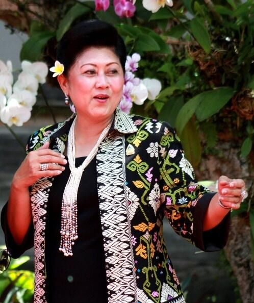 Indonesian first lady Ani Yudhoyono wearing local textiles.