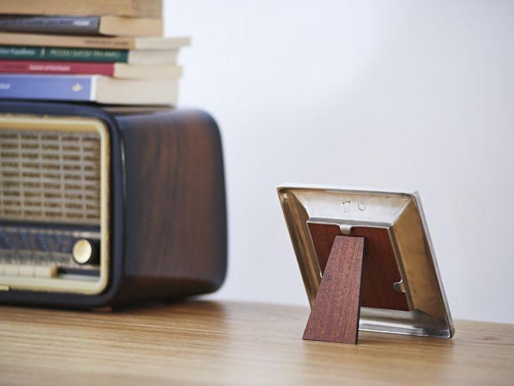 Square Pewter Photo Frame - Width: 15 cm (5,9″) - Height: 15 cm (5,9″) - Picture Size: 9×9 cm - Frame Back Stand: Wood - #pewter #square #picture #photo #frame #peltro #cornice #fotografia #portafoto #quadrata #zinn #bilderrahmen #fotorahmen #rahmen #étain #etain #cadre #peltre #tinn #олово #оловянный #gifts #giftware #home #housewares #homewares #decor #design #bottega #peltro #GT #italian #handmade #made #italy #artisans #craftsmanship #craftsman #primitive #vintage #antique