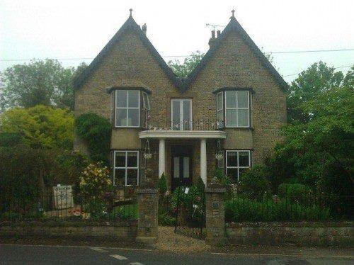 Bu gibi kasabalarda en önemli noktalardan biri evler ve onları peyzaj güzelliği. Dünyada bahçe ve bahçecilik anlamında en gelişmiş ülkelerden biri İngiltere... Daha fazla bilgi ve fotoğraf için; http://www.geziyorum.net/oxfordshire-gloustourshire/