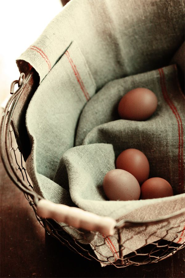 äggFresh Eggs, French Linens, Country Living, Eggs Acting, Farms Fresh, Food Photography, Country Kitchens, Wire Baskets, Country Life