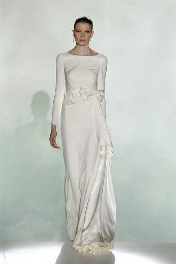 Abito da sposa 2013 di Rosa Clarà con maniche lungheAbito da sposa 2013 di Rosa Clarà con maniche lunghe e scollo ampio, per spose autunnali.
